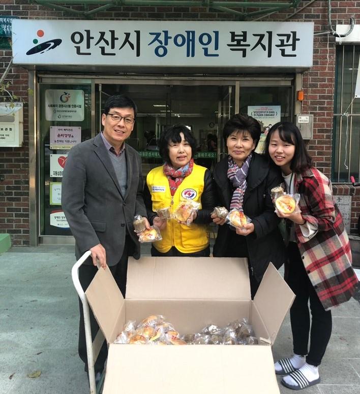 대한적십자사에서 후원들어온 빵을 박상호 관장에게 전달하고 있는 사진