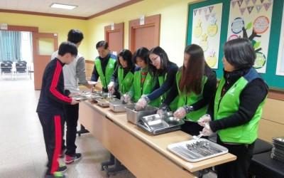 배식 보조 활동을 하고 있는 자원봉사자