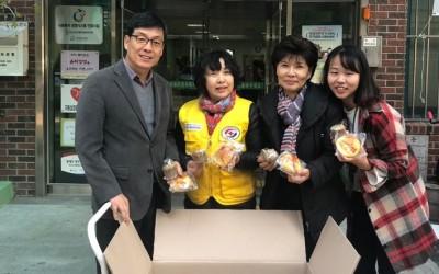 대한적십자사에서 후원들어온 빵을 박상호 관장에게 전달하고 있는 네명의 기념 사진