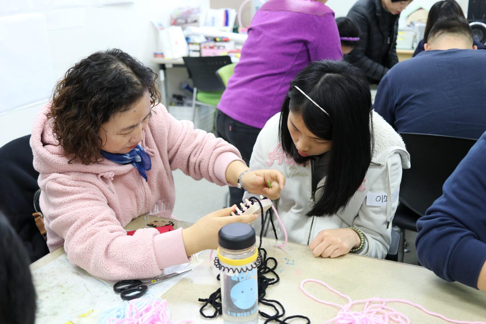 오산장애인종합복지관 강사님이 성인팀 평생교육실 교육생을 도와주는 모습