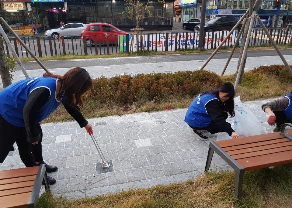 직원들이 한 곳에 모아진 쓰레기를 주워 담는 모습