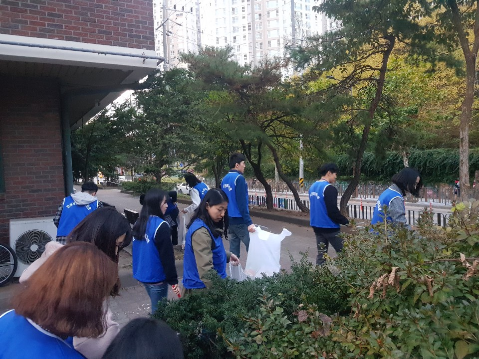 많은 직원들이 쓰레기봉투를 들고 돌아다니며 쓰레기를 찾는 모습