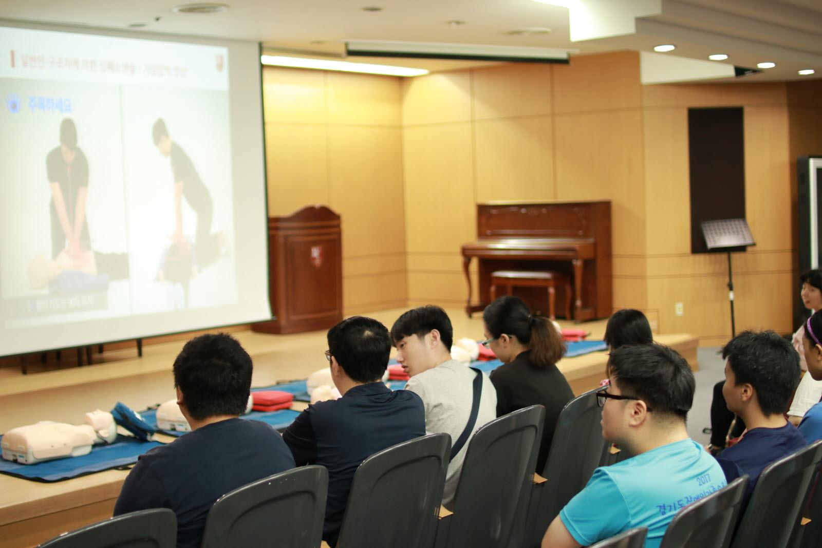 안전교육 받고 있는 단체사진