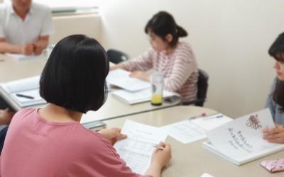 집중하여 교육을 받고 있는 직원의 모습